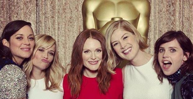 Звезды в соцсетях: крокодил, девушки с «Оскара» и селфи с языком